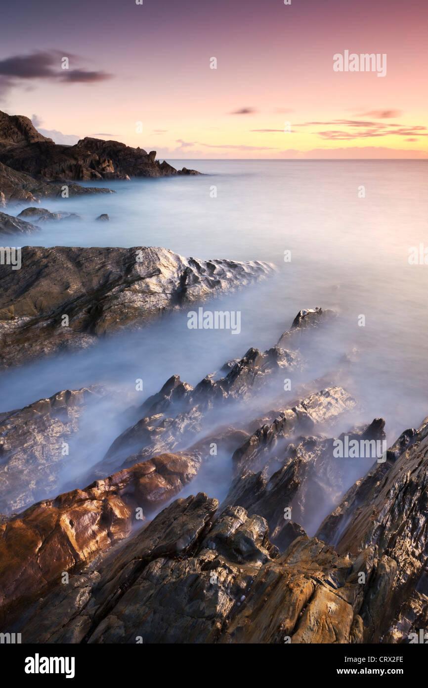 Felsküste bei Sonnenuntergang, Leas Fuß Sand, Thurlestone, South Hams, Devon, England. Winter (Januar) Stockbild