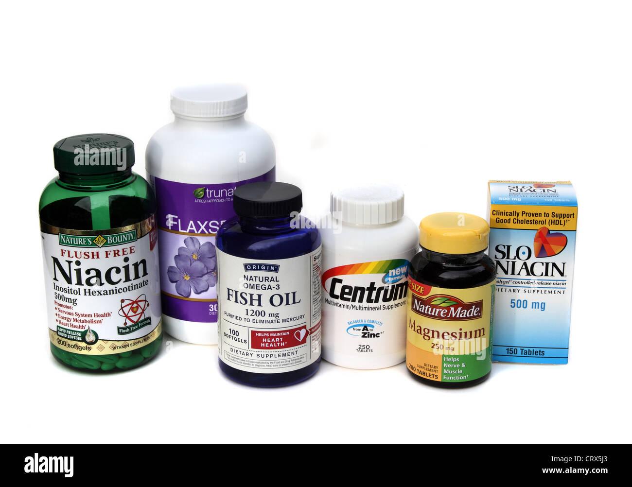 Eine Gruppe der Vitamine und Mineralstoffe. Niacin, Fischöl, Magnesium, ein Multi-Vitamin und Leinsamen-Öl Stockbild