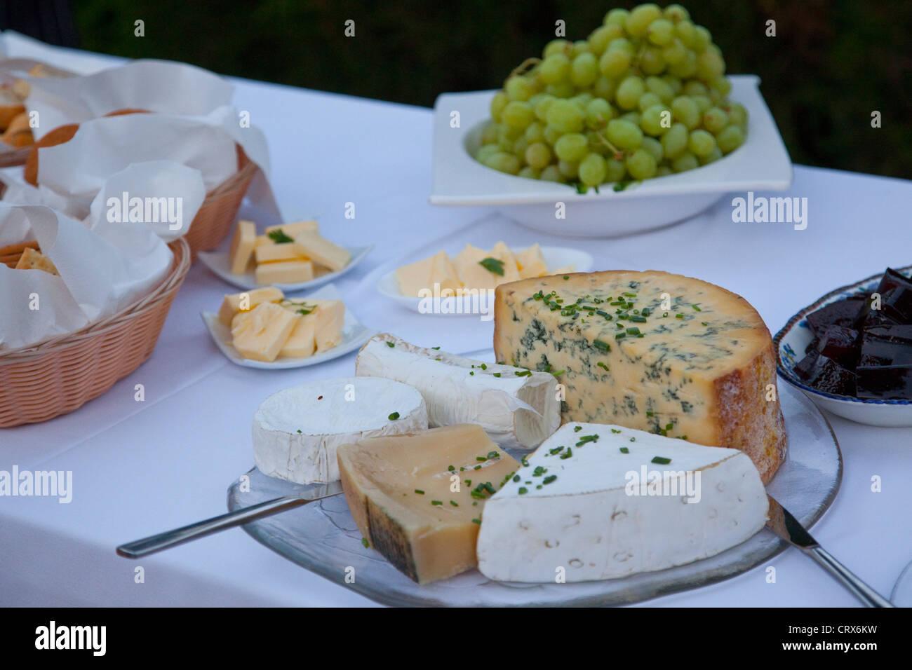 Ein Teller mit Käse Dessert auf einer weißen Tischdecke Stockbild