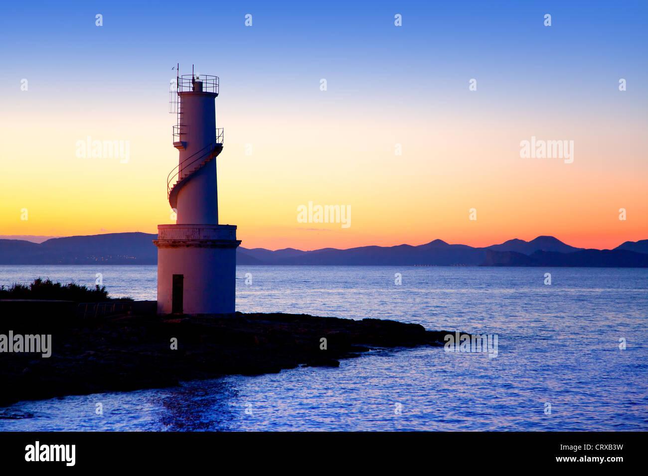 Ibiza Insel Sonnenuntergang Es Vedra und La Savina Leuchtturm in Formentera Stockbild