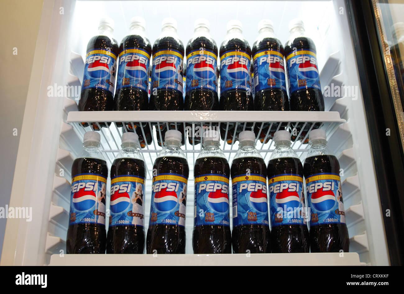 Mini Kühlschrank Pepsi : Pepsi cola unternehmen stockfotos pepsi cola unternehmen bilder