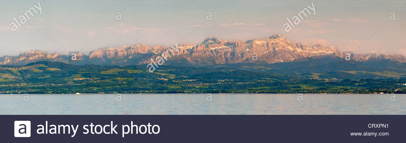 Blick auf Schweizer Alpen mit Santis Peak in der Abenddämmerung Stockbild
