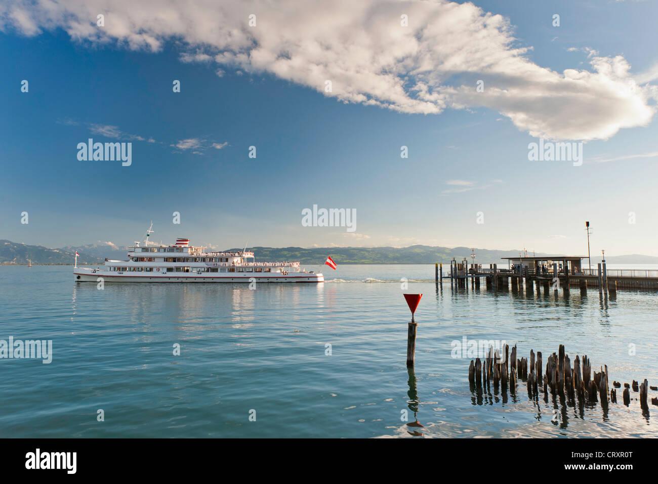 Deutschland, Wasserburg, Blick auf Schiff Abfahrt von der Anlegestelle Stockbild