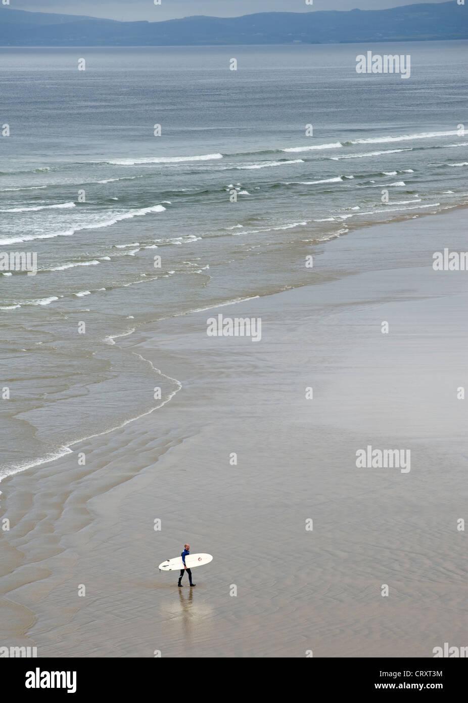 Einsamer Surfer am Strand von Bundoran, Grafschaft Donegal. Stockbild