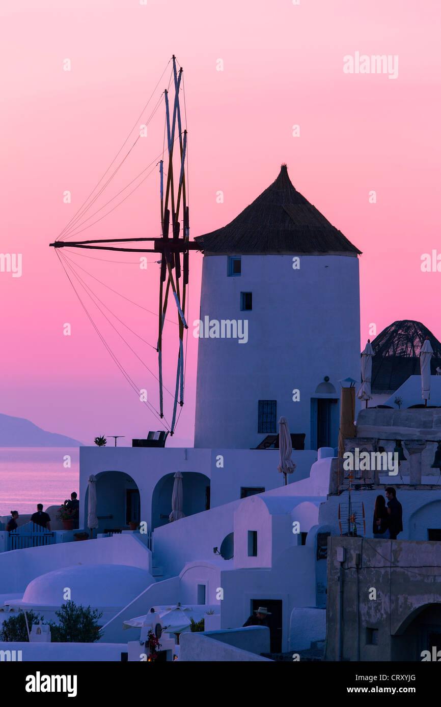 Santorini, Windmühle in Oia bei Sonnenuntergang Stockbild