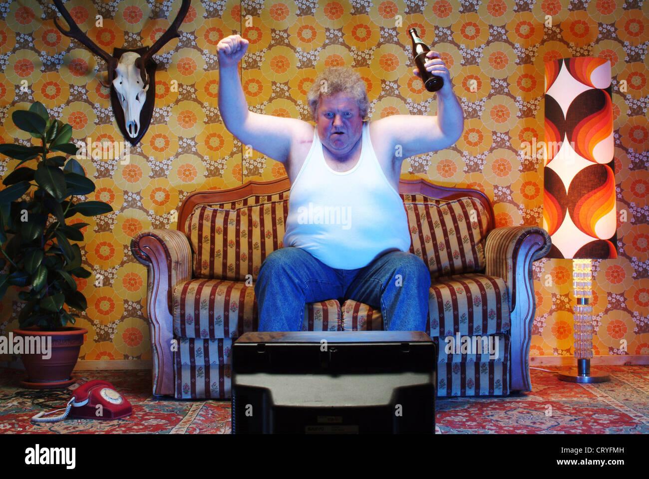 Dicker Mann Auf Der Couch Sitzen Und Vor Dem Fernseher Stockfoto