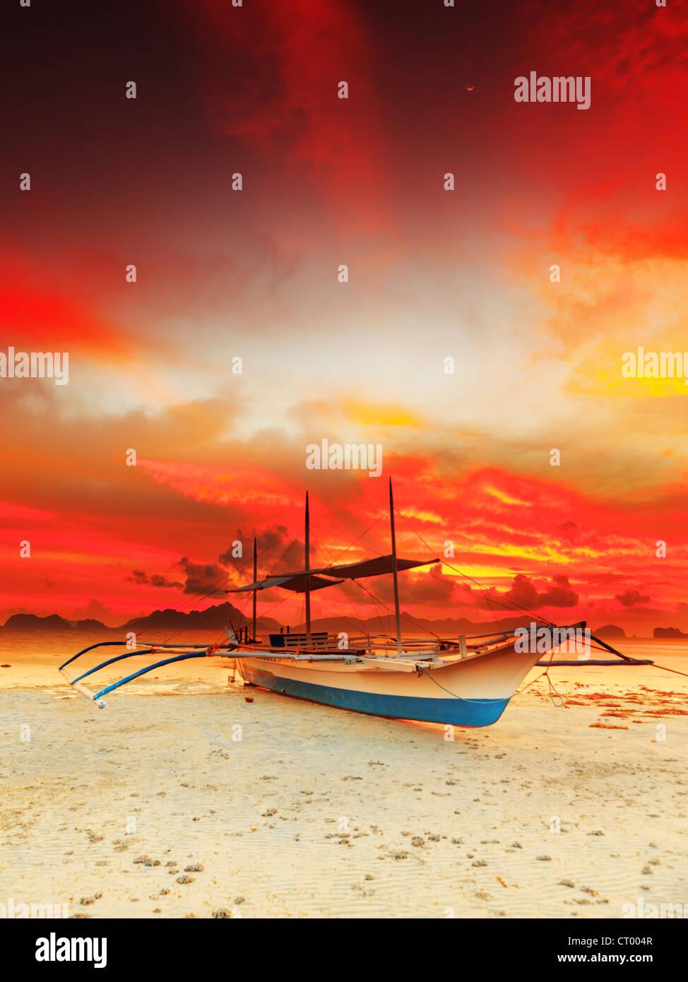 Traditionelle philippinische Boot Bangka bei Sonnenuntergang Stockbild
