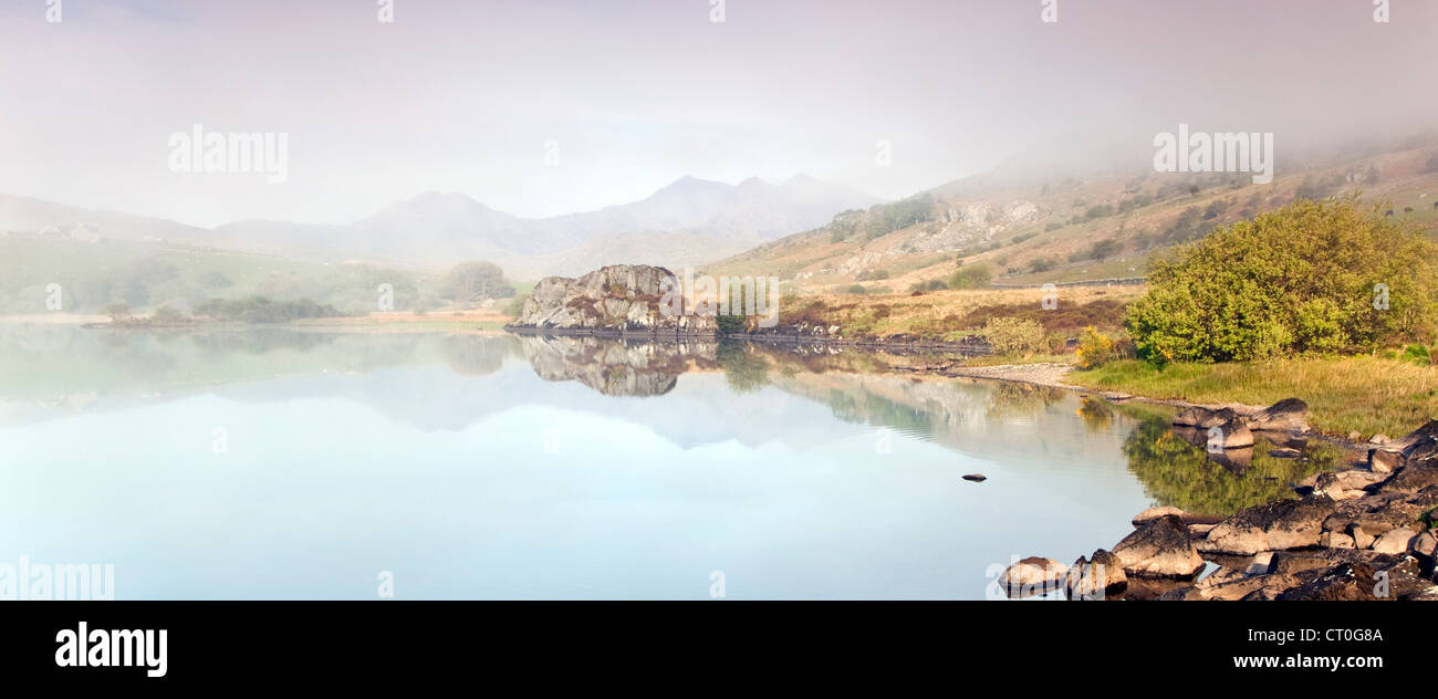 Misty Dawn Llyn Mymbyr Lake Shore Snowdonia-Nationalpark Stockbild