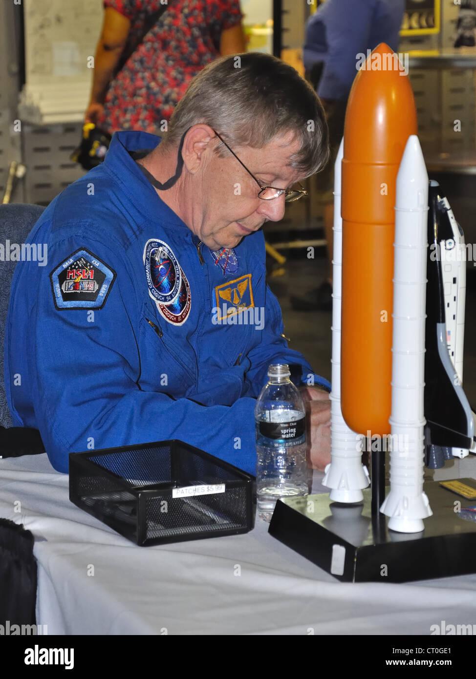 Astronaut Rodger Crouch Unterzeichnung am Kennedy Space Center in Florida, USA Stockfoto