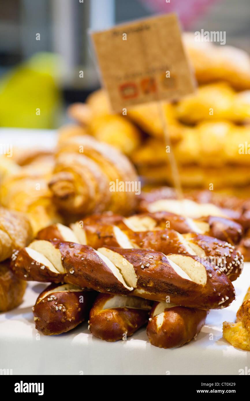 Stapel von frischem Brot zum Verkauf Stockbild