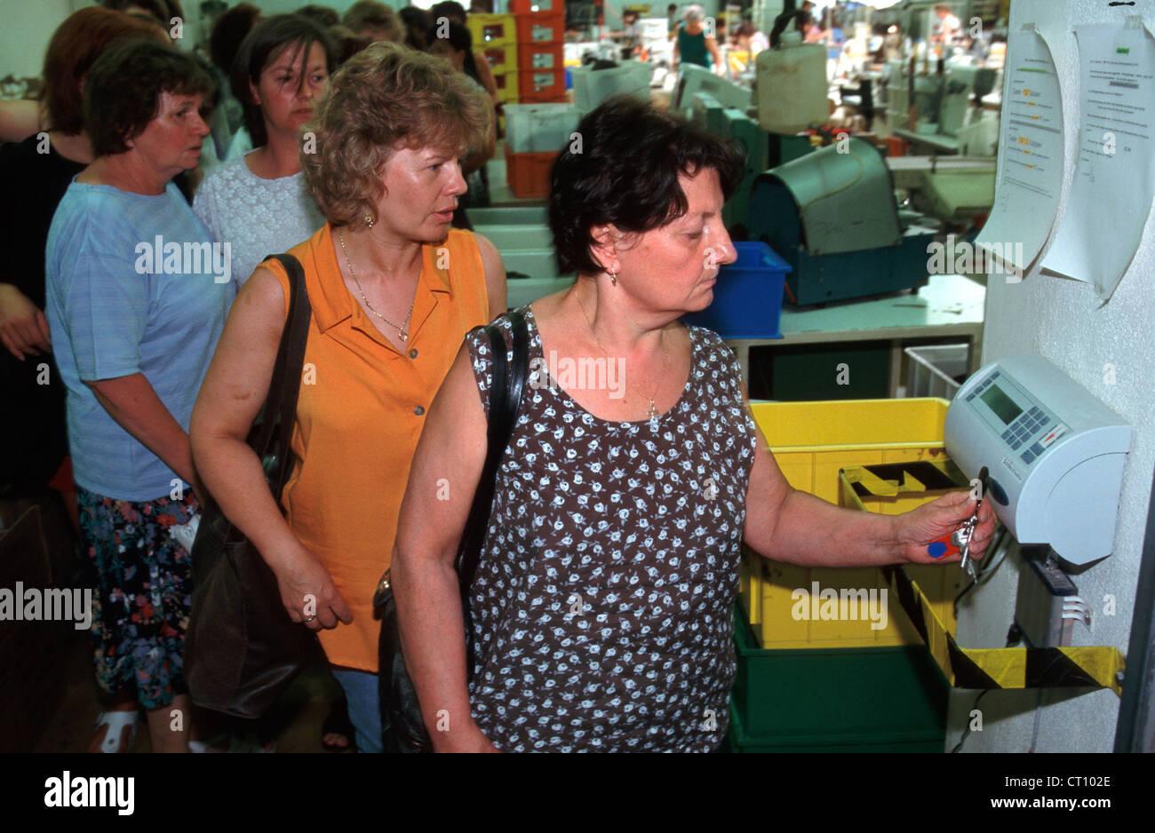 Arbeitnehmer bei der Stechuhr, WALDI Schuhfabrik Stockfoto ...