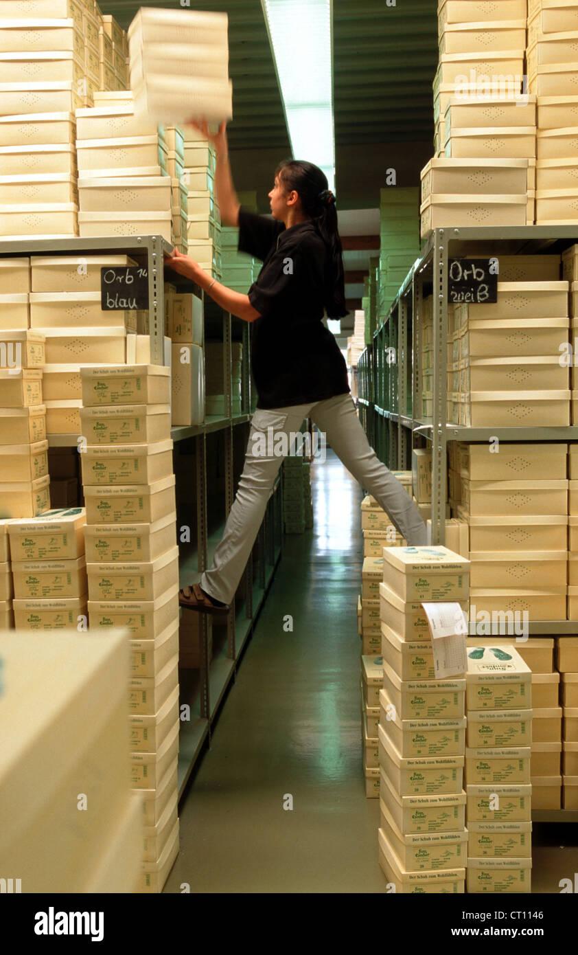 Lager Arbeiter WALDI Schuhfabrik Stockfoto, Bild: 49195334 ...