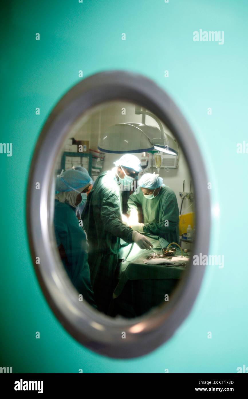 Ein Blick durch eine operative Türfenster OP-Personal auf Patienten ...