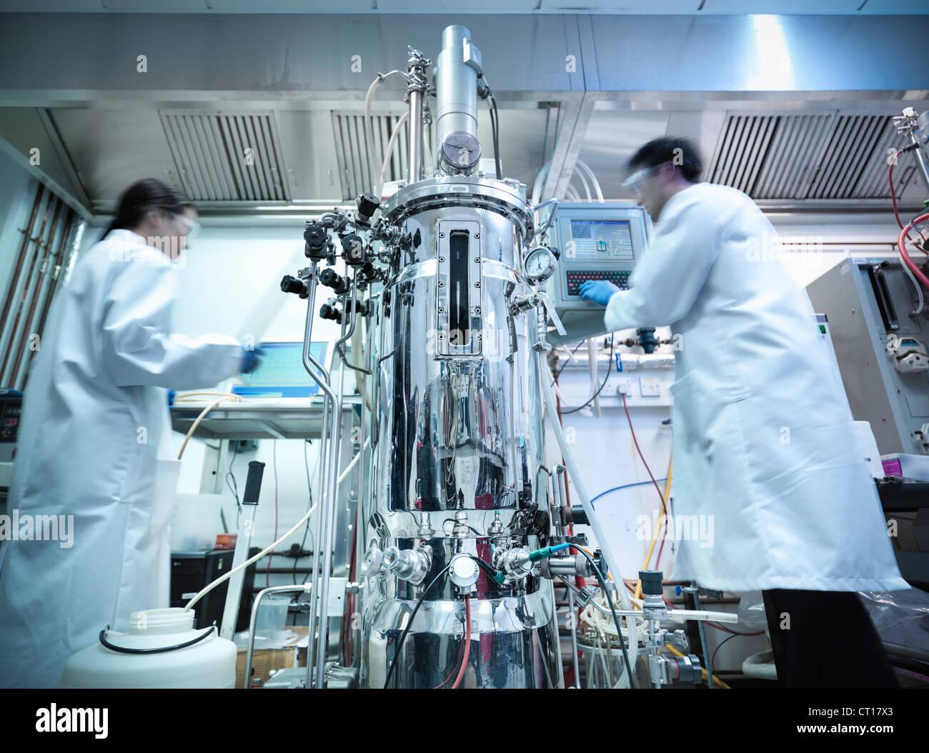 Wissenschaftler arbeiten mit Geräten im Labor Stockbild