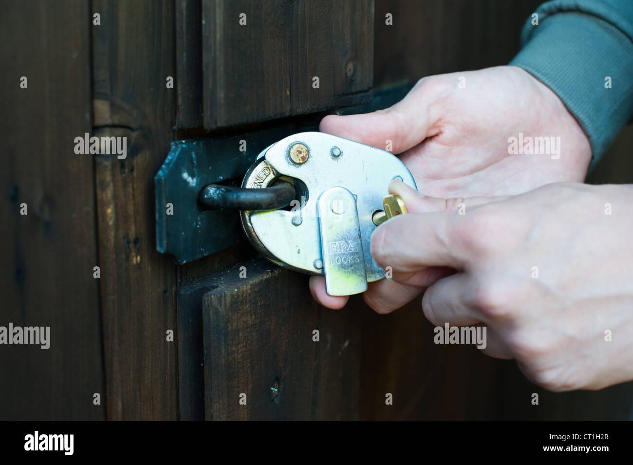 Eine Tür mit einem Vorhängeschloss verriegeln Stockbild