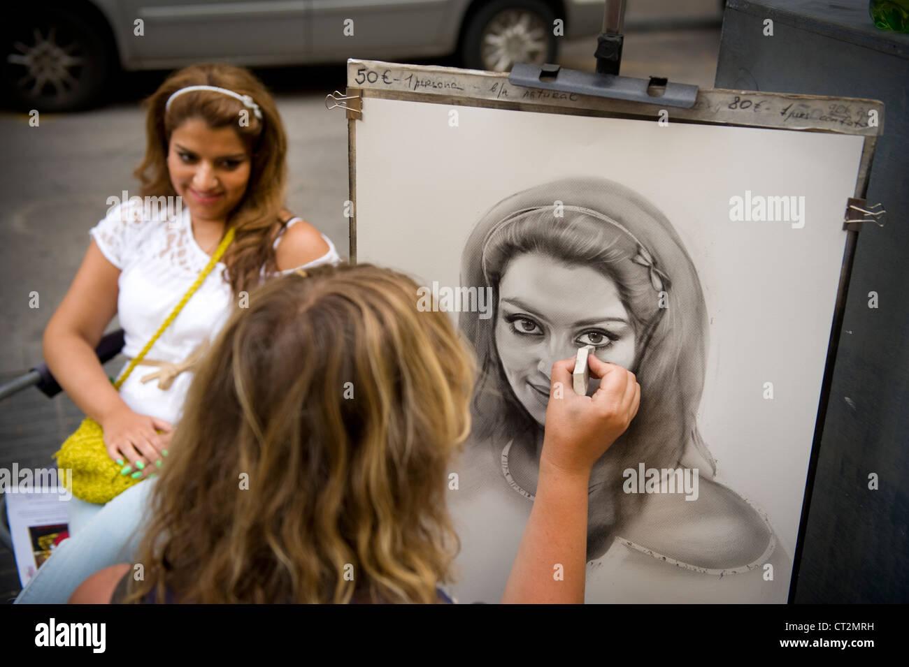 Streetart-Künstler zeichnen eine Karikatur der Frau in Barcelona auf der la rambla Stockbild