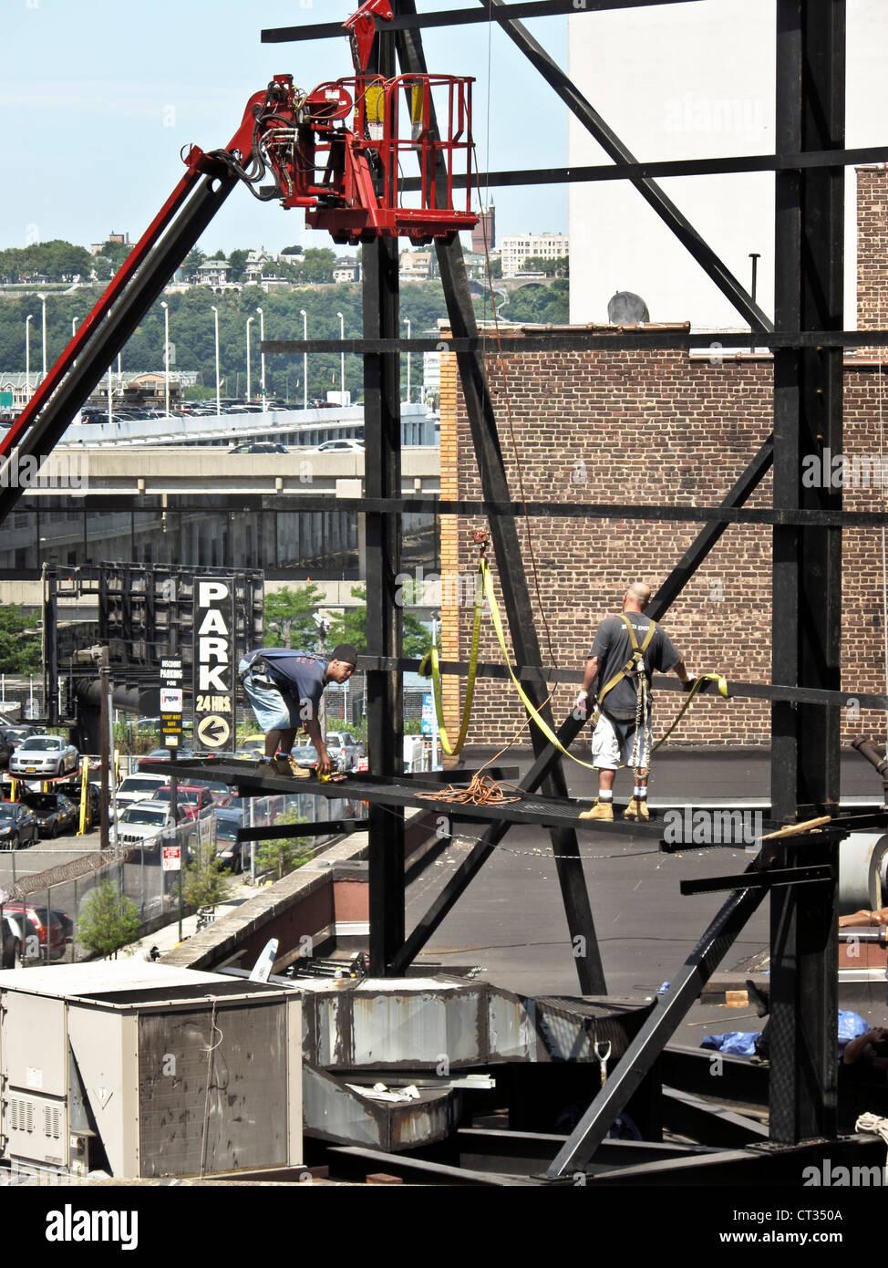 Hubarbeitsbühne Käfig schwebt über 2 Eisen Arbeiter Rahmen für neue ...