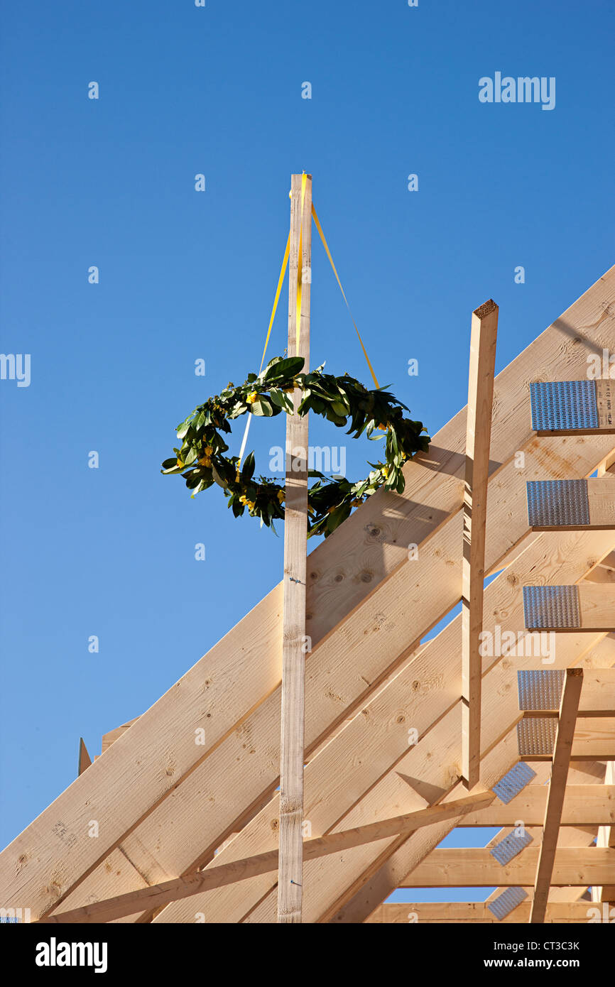Kranz von Pflanzen auf Neubau Stockbild