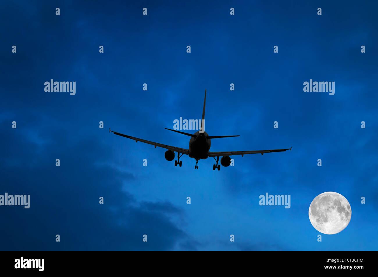 Flugzeug und Mond im blauen Himmel Stockbild