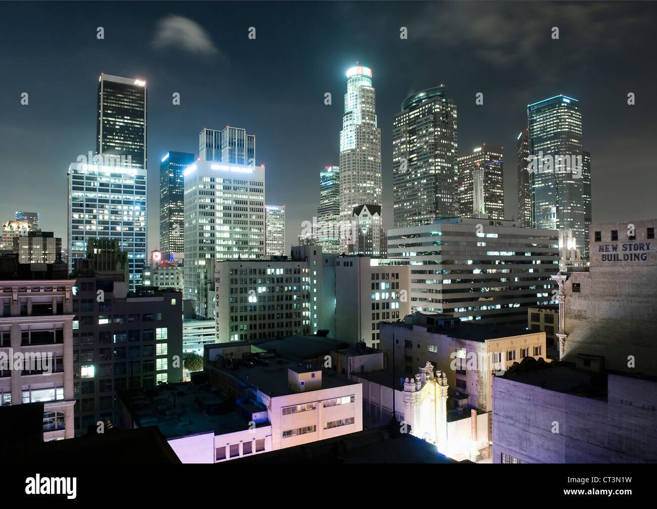 Los Angeles-Wolkenkratzer, die nachts beleuchtet Stockbild