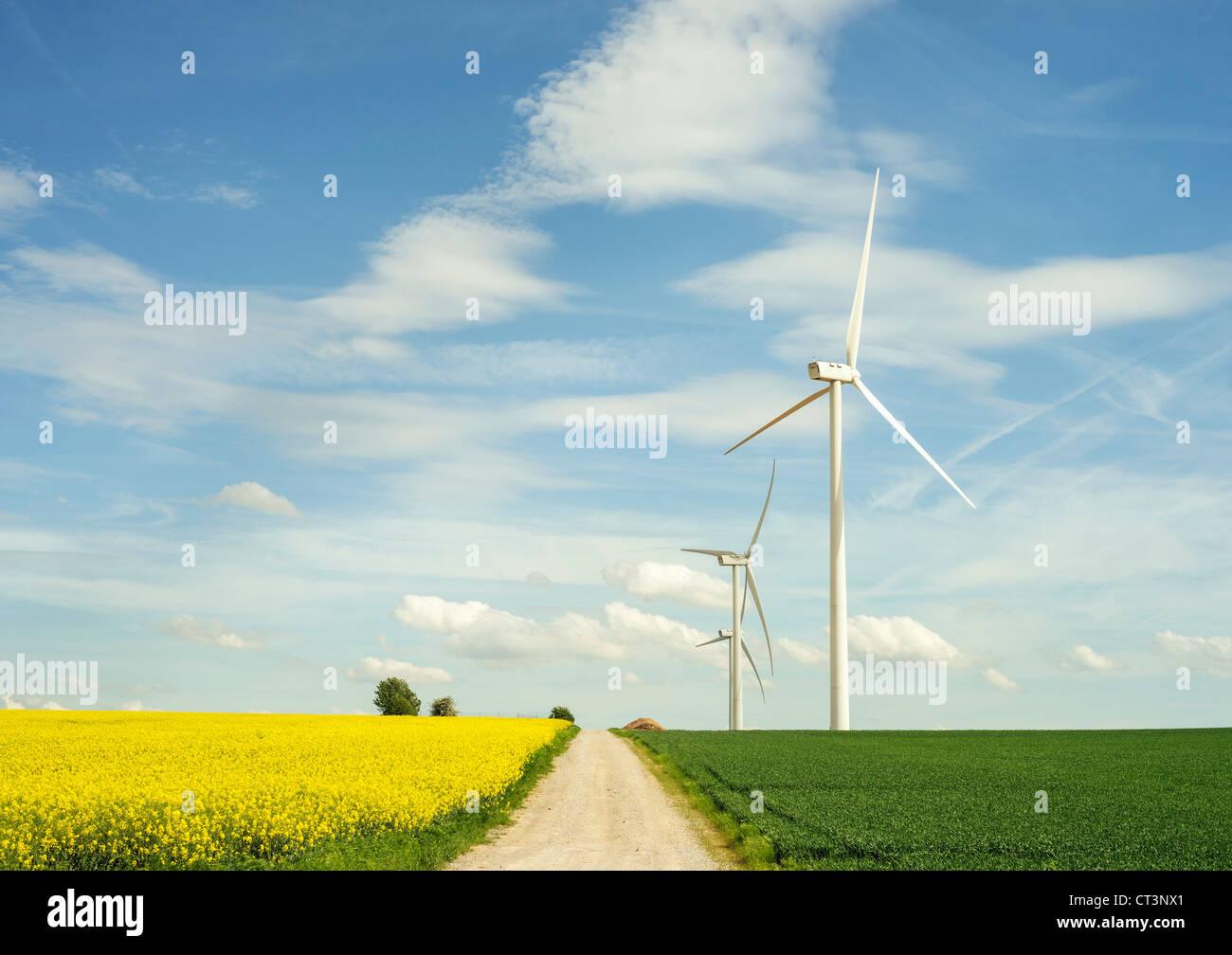 Windkraftanlagen in Ernte Feld Stockbild