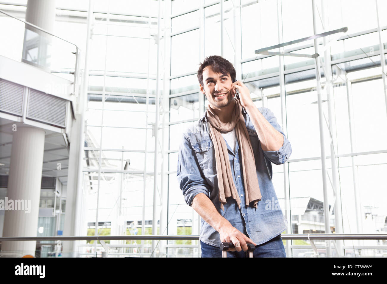 Menschen reden über Handy im Flughafen Stockbild