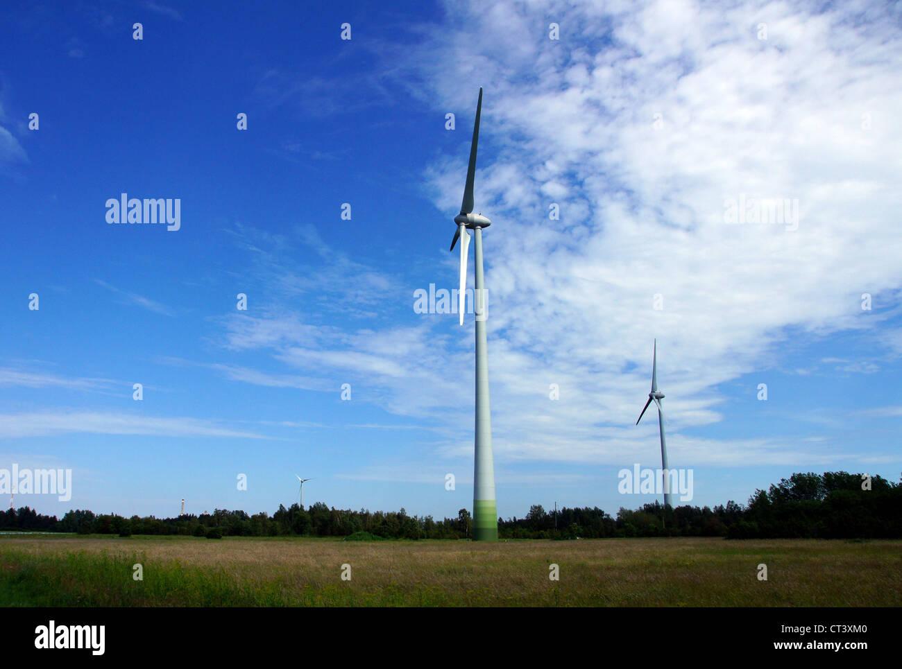 Der Windgenerator auf einem Hintergrund von der Natur und den Himmel Stockbild
