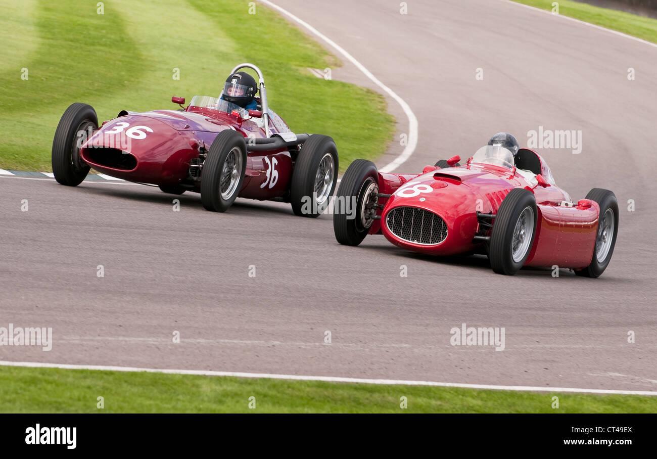 Lancia D50 und rebodied Ferrari Dino Rennen beim Goodwood Revival Stockbild