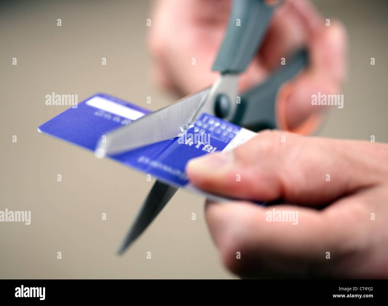 Schneiden eine Kreditkarte Stockbild