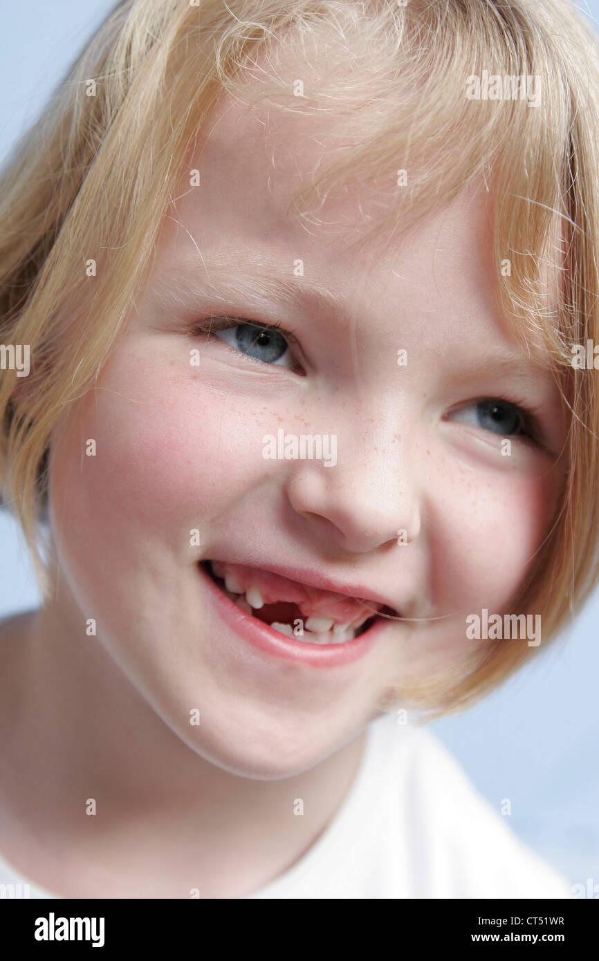7 year old girl milk teeth stockfotos 7 year old girl milk teeth bilder alamy. Black Bedroom Furniture Sets. Home Design Ideas