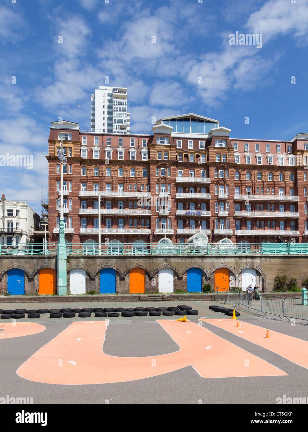 Hilton Metropole Hotel, Brighton und im Vordergrund vor der Promenade ein Gebiet abgegrenzt für segue Reiten. Stockbild