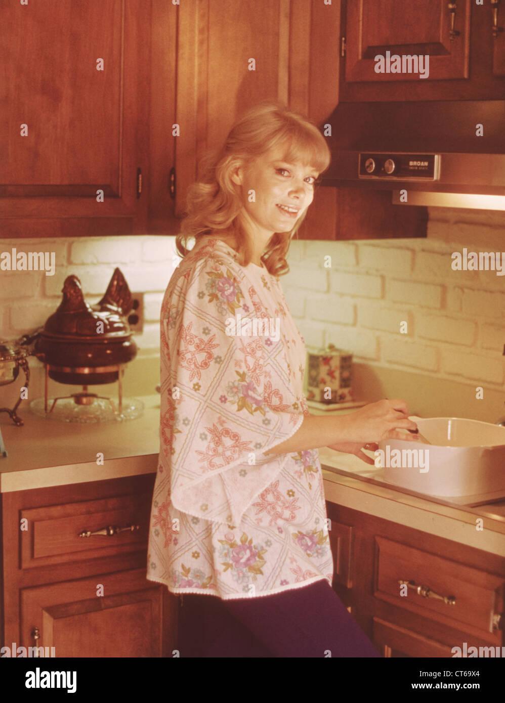 Vintage Kitchen Housewife Stockfotos & Vintage Kitchen Housewife ...
