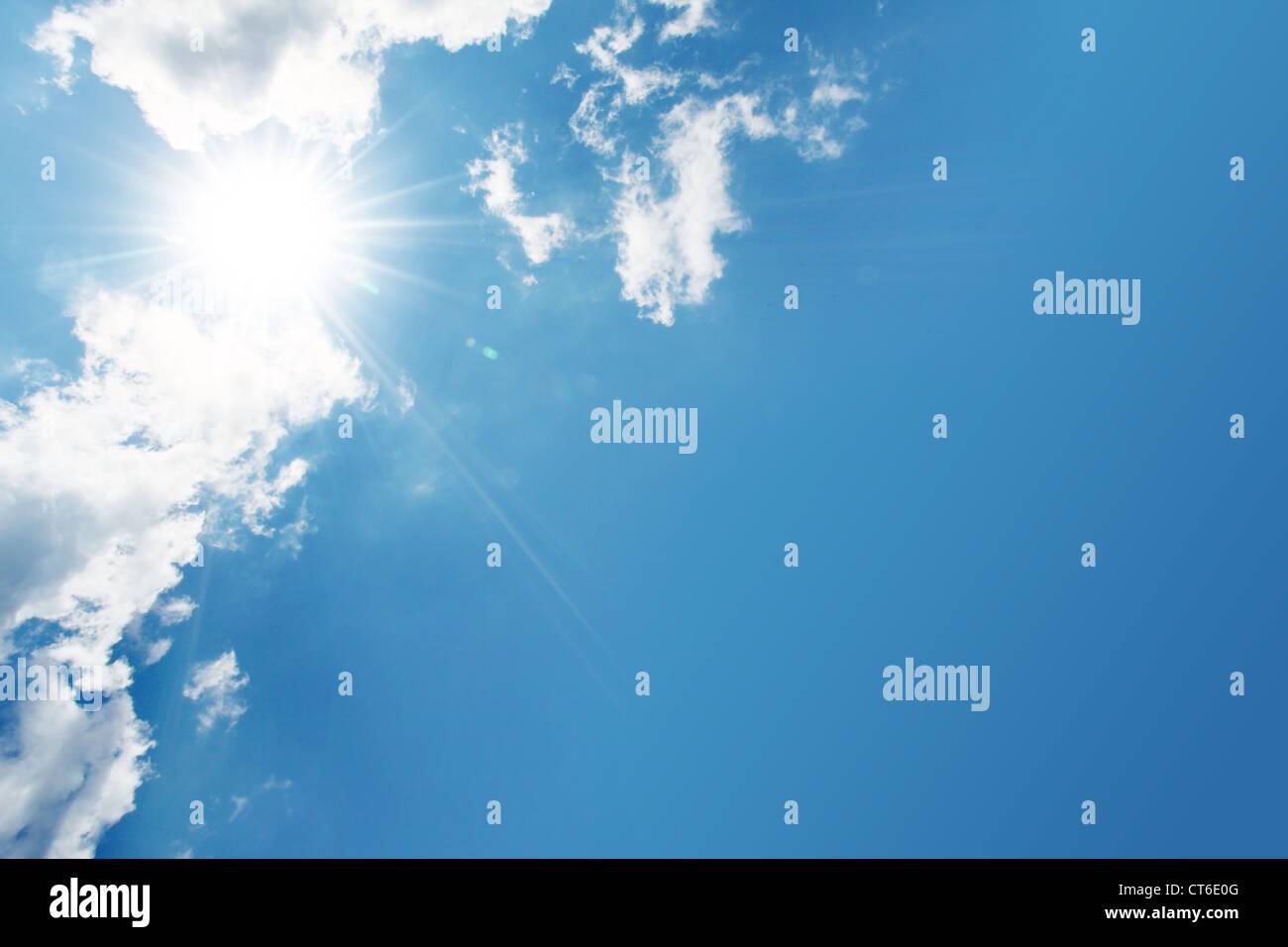 blauer Himmel, Wolken und Sonne Stockbild