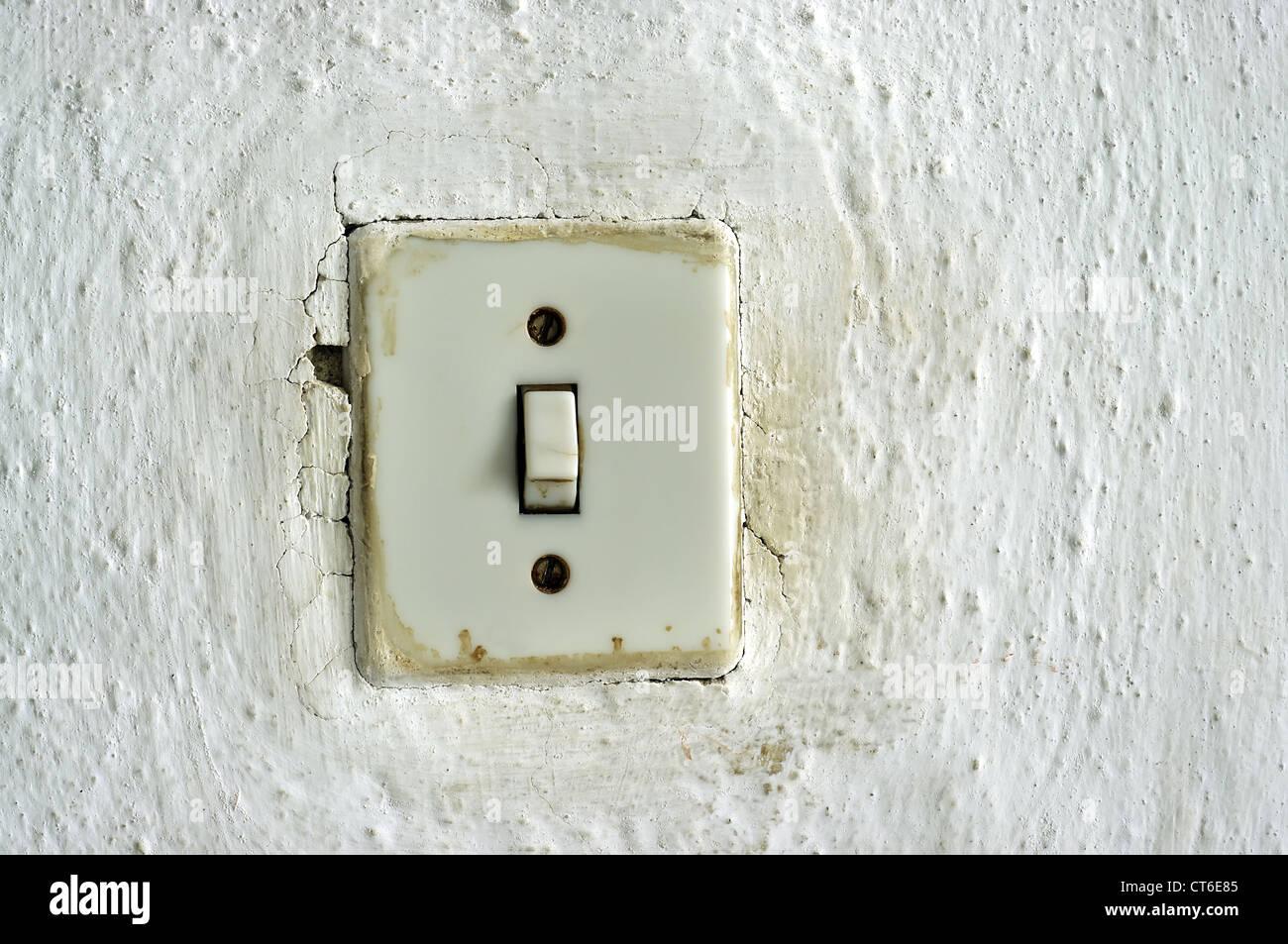 traditionelle alte Lichtschalter an der Wand Stockfoto, Bild ...