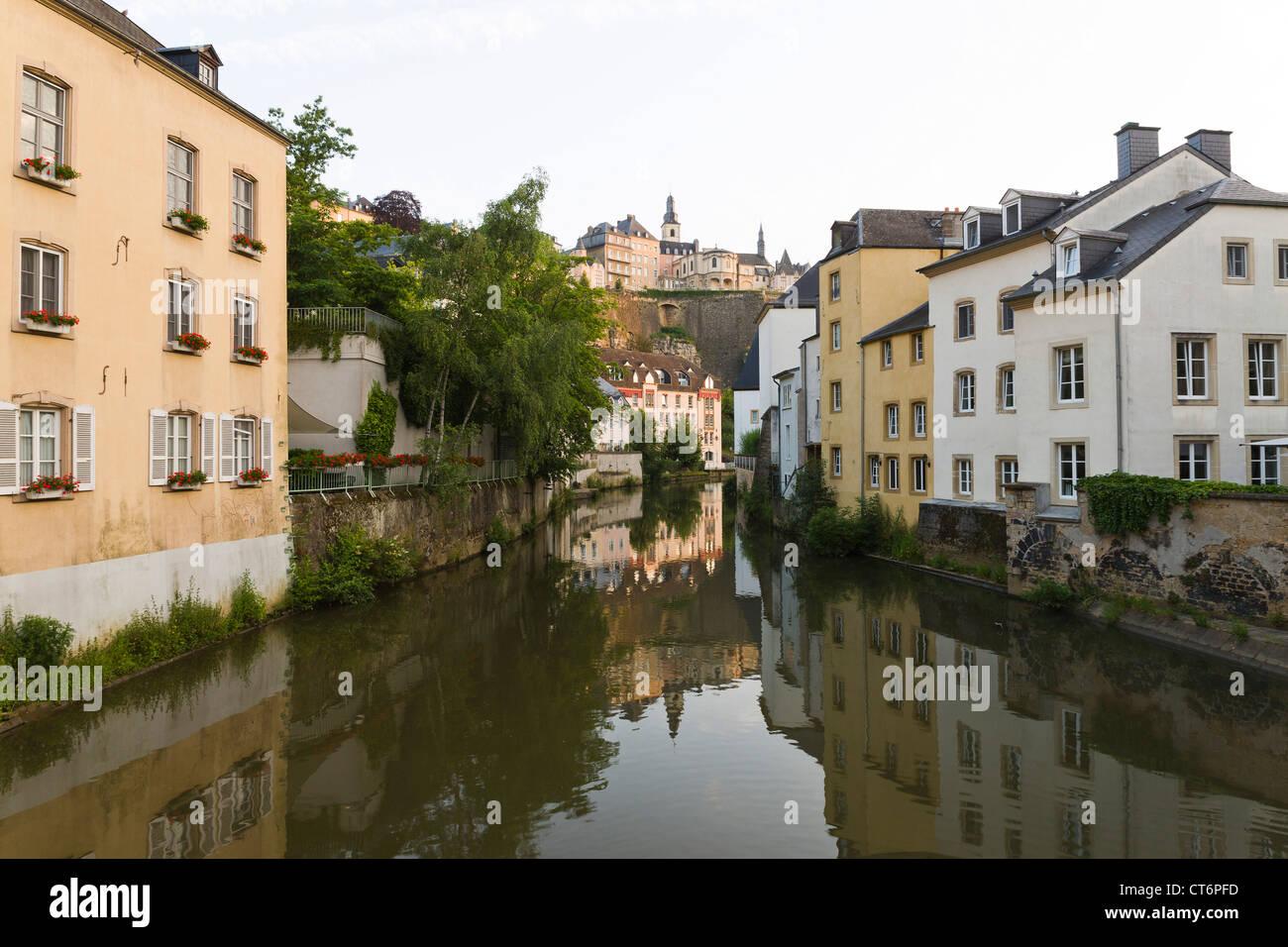 Traditionellen Blick von der Brücke in die Viertel Grund mit ein Spiegelbild der Luxemburger Altstadt Stockbild