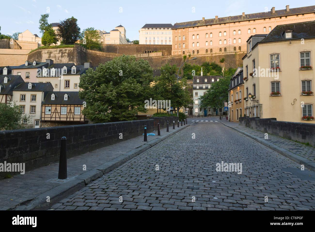 Blick von der Brücke über der Alzette in das Altstadtviertel Grund der Stadt Luxemburg Stockbild