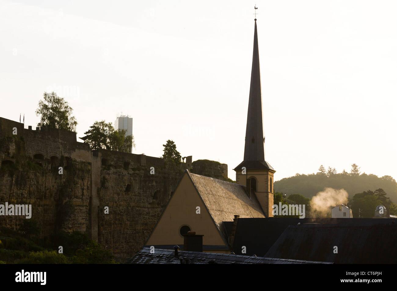 Am frühen Morgen Blick auf die Kirche der Neumünster Abbey in das Viertel Grund und der Bock-Felsen. Stockbild