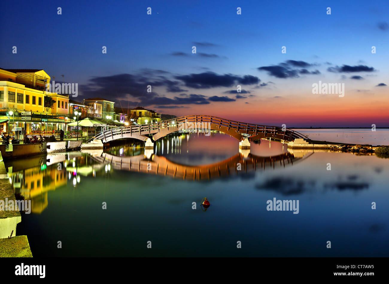 Sonnenuntergang in Lefkas (Lefkada) Stadt, in der kleinen Marina für die Fischerboote mit schöne Holzbrücke. Stockbild