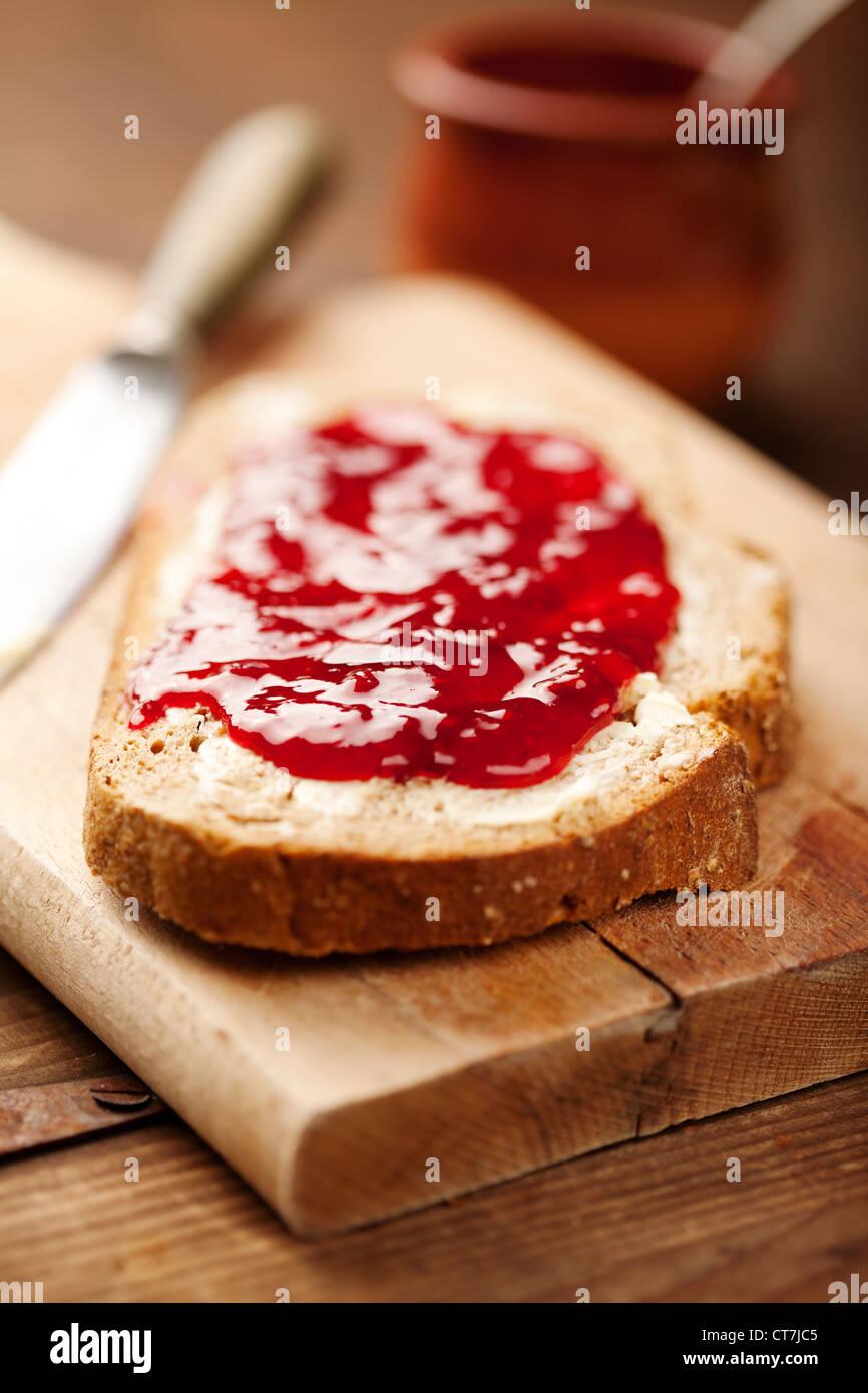 Brot mit Erdbeermarmelade Stockbild