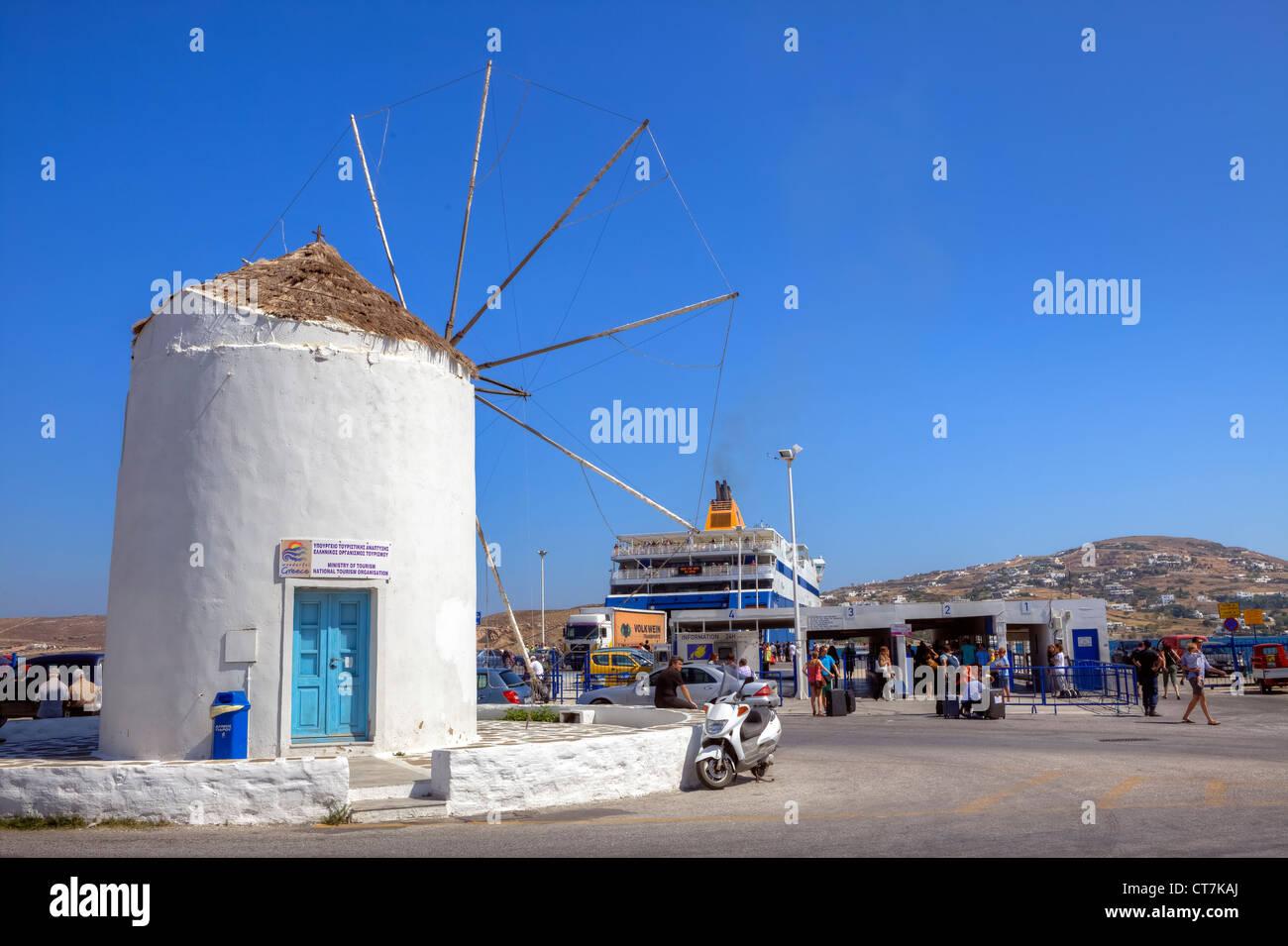 Windmühle in den Hafen von Paros, Kykladen, Griechenland Stockbild