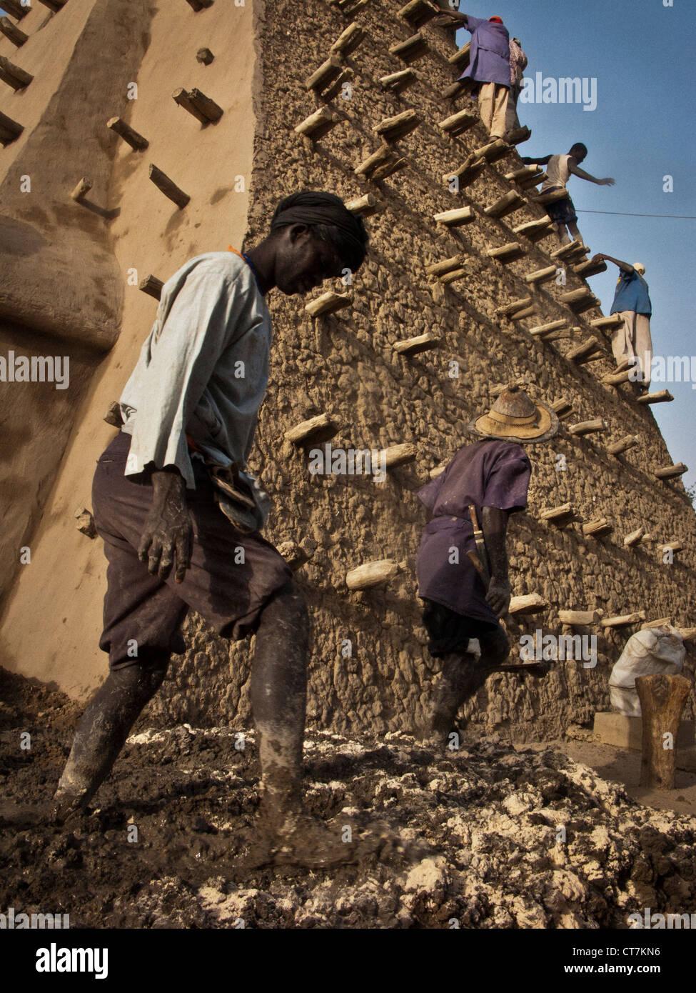 Crepissage Festival. Restauration mit frischen Schlamm der Sankore Moschee. Timbuktu. Mali Stockbild
