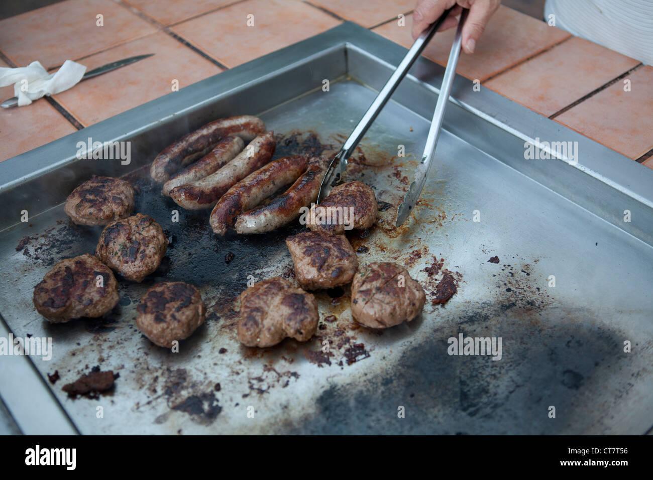 Kochen, Würstchen Und Burger Auf Ein Outdoor BBQ Grill In Western Australia