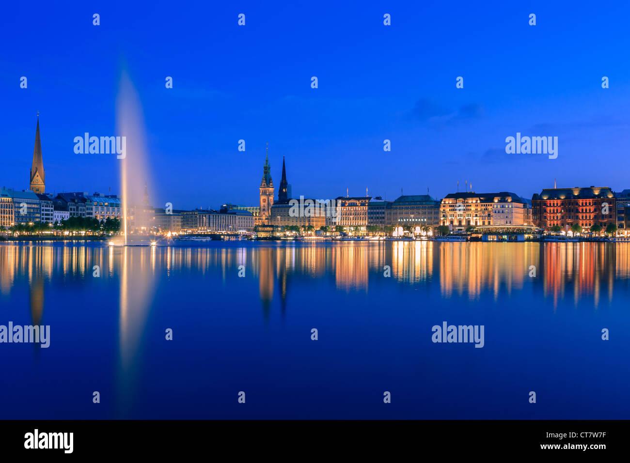 Hamburger Skyline der Binnenalster direkt nach Sonnenuntergang zur blauen Stunde übernommen. Stockbild