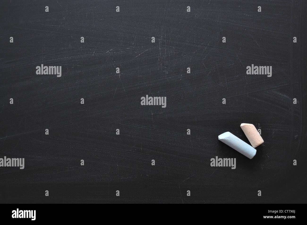 Hi-Res schwarze Tafel Hintergrund mit zwei Farbe Kreide Stockbild