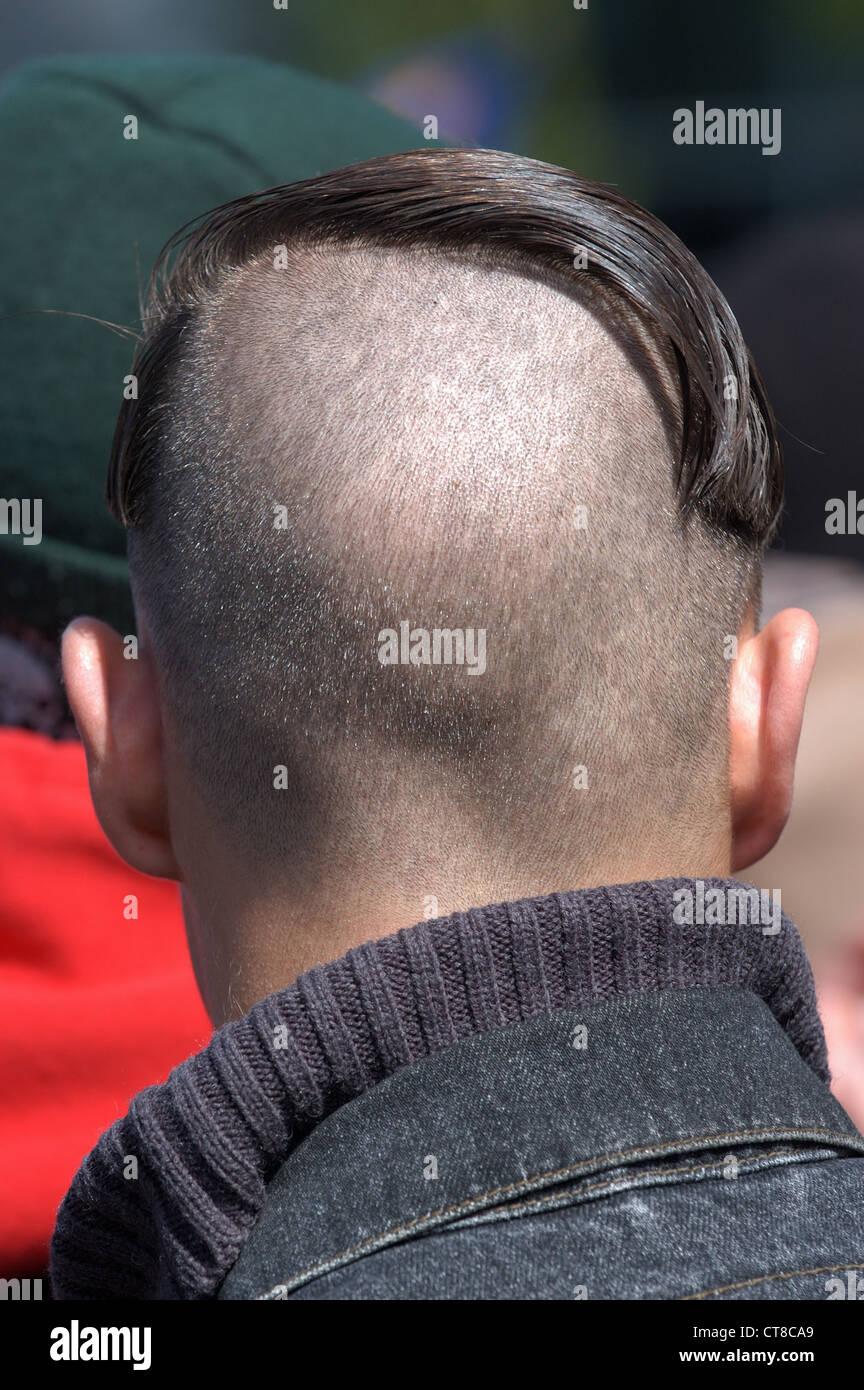 Demonstrant Mit Frisur Von Adolf Hitler In Berlin Stockfoto Bild
