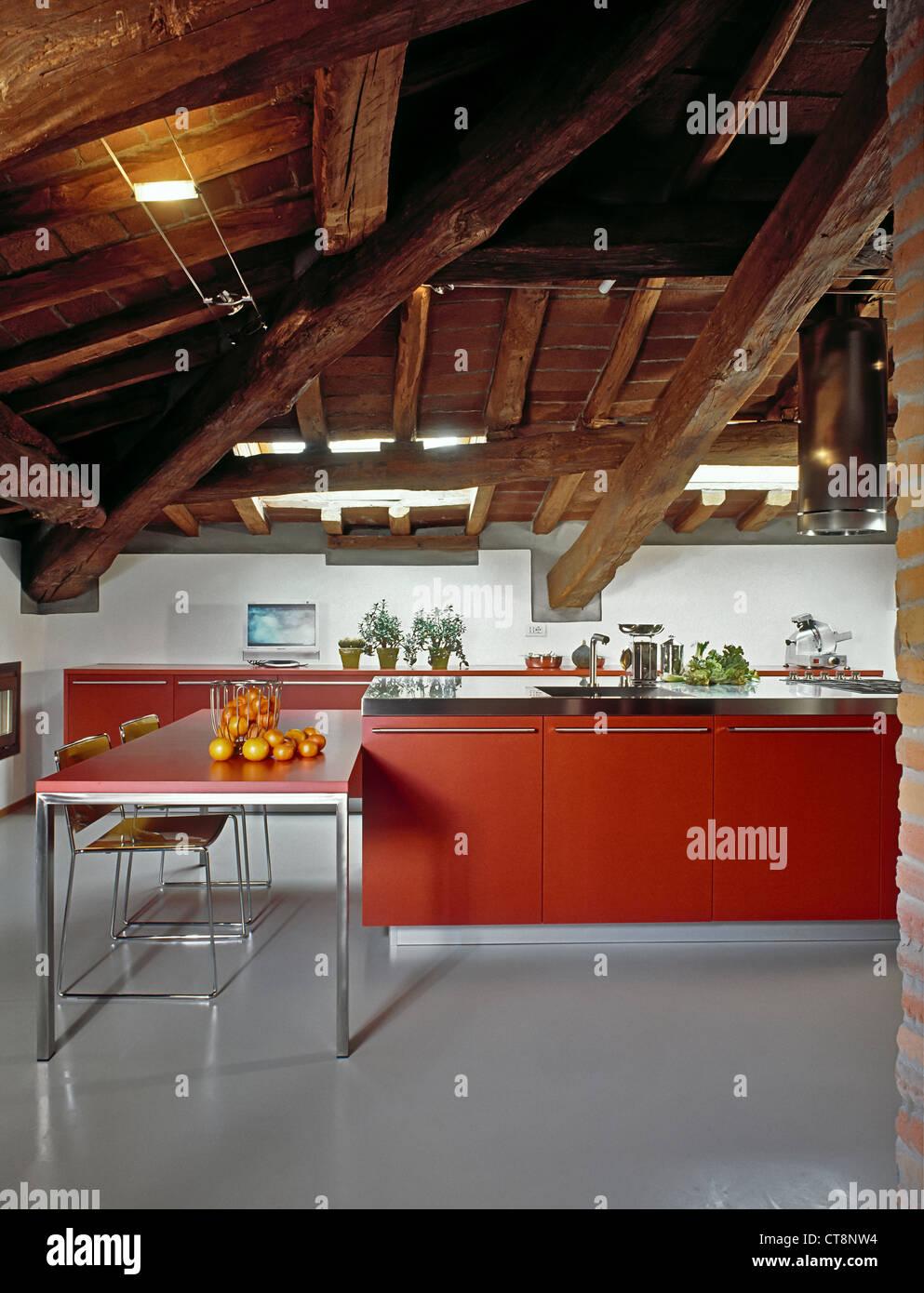Moderne Rote Kuche Im Zimmer Unter Dem Dach Mit Holzdecke Und