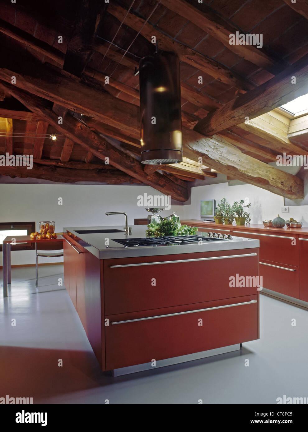Moderne Rote Kuche Im Zimmer Unter Dem Dach Mit Grauen Harz Boden