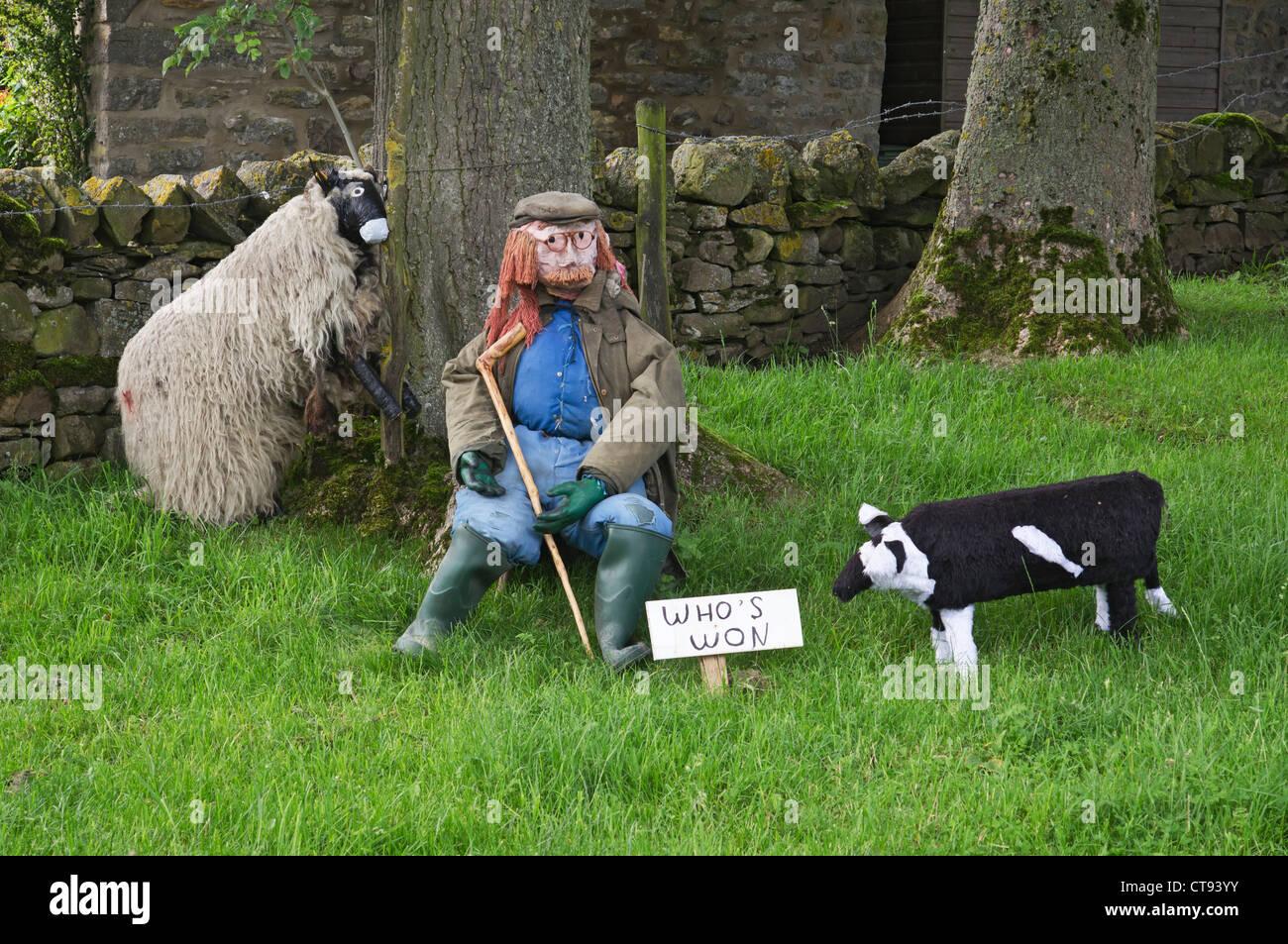 Schäfer + Hund + Schafe. Zeichen, die als Einstiegspunkt in eine Vogelscheuche-Wettbewerb am Bellerby in der Stockbild