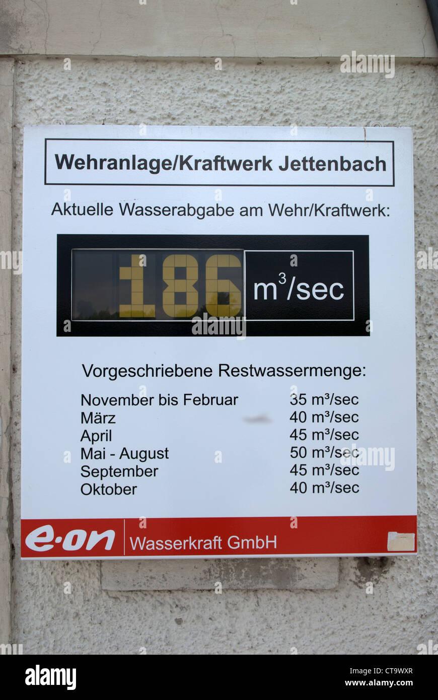 e.on Strom Ausgang Anzeige aus einem Wasserkraftwerk Stockbild