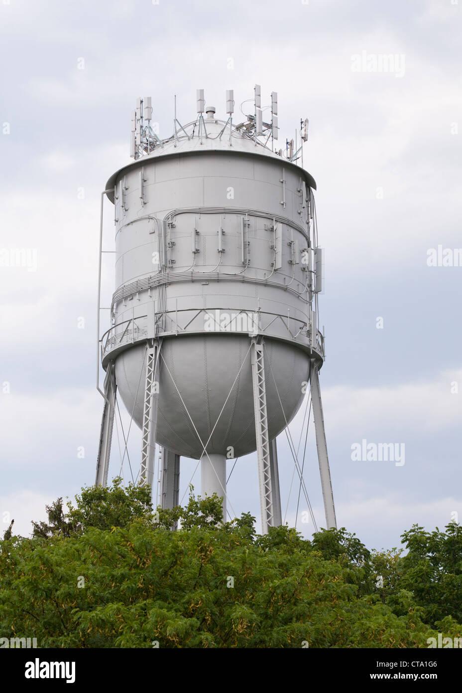 Ein ländliche Wasserturm mit Mobilfunk-Antennen montiert Stockbild